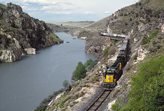 Utah's Scenic Bear River Gorge (jamesbelmont) Tags: cnw sd402 railroad train reservoir utah wheelon nplat detour trailers piggybacks