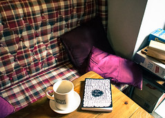 Rincón de leer (Lara Santaella) Tags: libro café book coffee nook rincón plaid tapizado