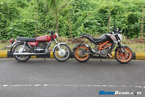 KTM-Duke-390-vs-Yamaha-RD350-10