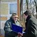 Fodor Miklós emléklapot vesz át Csallóközi Zoltán miniszterelnök-helyettesi főtanácsadótól