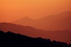 Al tramonto, l'anima vola (Japo García) Tags: tramonto atardecer naranja rojo colores profundidad montañas lejos difuminado paisaje luz belleza volar contemplar campaegli japo garcía fotos