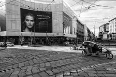 Milano - Marzo 2017 (Maurizio Tattoni....) Tags: milano italy lombardia piazza persone pubblicità bn bw blackandwhite biancoenero monocrome leica 21mm mauriziotattoni street