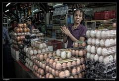 Vendiendo huevos (meggiecaminos) Tags: vietnam hochiminh shaigon mercato market huevos eggs uova donna mujer woman vendedora commessa saleswoman chinesedistrict distritochino retrato ritratto portrait streetphotography streetmarket alimentación comida food cibo fotografíaurbana