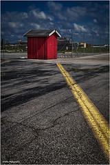 nicht zu übersehen (geka_photo) Tags: gekaphoto kiel schleswigholstein deutschland mfg5 mfg5gelände bude rot gelb asphalt