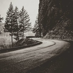 Around the bend #columbiarivergorge #roadtrippin #shepperdsdellfalls #oregon #valentinesweekend (Breanne Hickey) Tags: instagramapp square squareformat iphoneography uploaded:by=instagram reyes