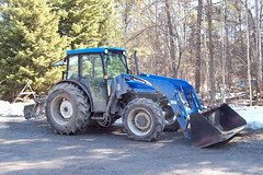 New Holland 32L front end loader farm tractor Ottawa, Ontario Canada 03162010 Ian A. McCord (ocrr4204) Tags: blue tractor ontario canada kodak ottawa machine bleu machinery vehicle pointandshoot mccord nepean loader easyshare farmtractor newholland 32l c813 ianmccord ianamccord