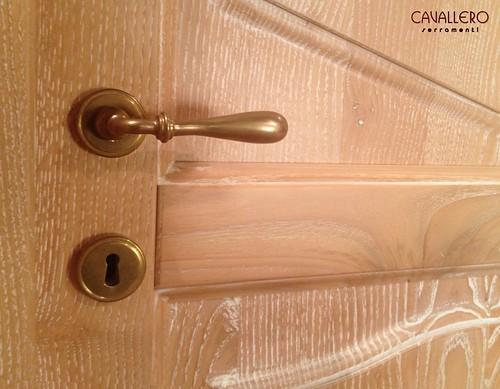 Dettaglio maniglia di una porta decapata bianca