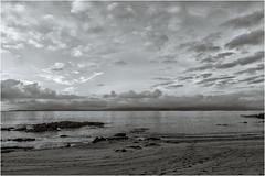 Recuerdo de una tarde de verano (Fernando Forniés Gracia) Tags: españa galicia galiza pontevedra bueu playa atardecer rocas nubes mar ríadepontevedra blancoynegro bw virado monocromático paisaje landscape puestadesol