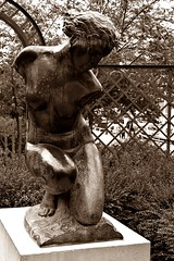 1 - Paris, Jardin de l'Arsenal, Diane par Henry Arnold (melina1965) Tags: 2017 avril april s3700 îledefrance nikon d80 paris 4èmearrondissement 75004 sépia sepia sculpture sculptures statue statues jardin jardins garden gardens printemps spring