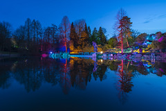 luminescence (Blende1.8) Tags: essen gruga grugapark nrw ruhrgebiet parkleuchten 2017 see teich pond spiegelung reflection reflections colors colours bluehour blauestunde park landscape landschaft parklandschaft voigtländer voigtlaender sony alpha ilce7m2 a7ii carstenheyer 15mm wideangle art lichtkunst lightart illumination superwideheliar