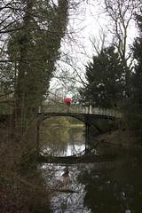 Amsterdam (vjbender) Tags: amsterdam frühling vondelpark bäume spiegelung mensch schirm regenschirm rot brücke
