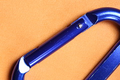 A blue carabiner on an orange lens cleaning cloth. (Pascal Volk) Tags: macromondays orangeandblue carabiner karabiner shackle gyve schäkel kuhmaul mosquetón karabinerhaken haken hook microfiber mikrofaser microfibra paño cloth tuch orange naranja azul blau blue macro makro 70mm closeup nahaufnahme macrodreams canoneos6d canonef50mmf25compactmacro canonlifesizeconverteref canonef50mmf25compactmacrolsc manfrotto mt294a3 804rc2