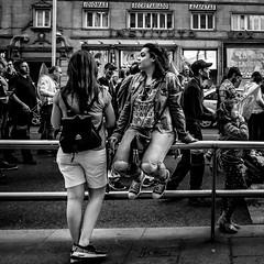 _DSF0025 (Antonio Balsera) Tags: bw bn granvia barandilla gente sentada madrid comunidaddemadrid españa es