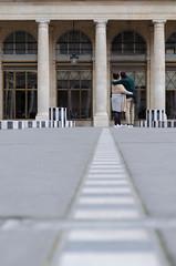 Fuite de Burren (SAO 76155) Tags: amoureux point de fuite perspective burren palais royal tuileries paris france sol floor lovers tourist prise basse colonnes cadre dans le composition