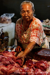 Lady with Bloody Hands (jean-marc rosseels) Tags: bali woman color colors lady canon indonesia blood market candid butcher candidportrait canon7d jeanmarcrosseels