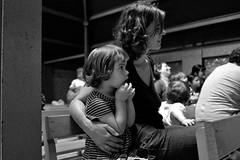 Moment dramatique dans un spectacle de guignol (Olivr 's pictures) Tags: bw portraits 35mm spectacle parcfloral guignol leicax1 olivrspictures