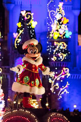 Tokyo Disneyland Electrical Parade ~Christmas~ (dufbone) Tags: nightscene minniemouse tokyodisneyland thehappinessyear vision:outdoor=0588 vision:plant=0618 tokyodisneylandelectricalparadedreamlights~christmas~ christmasfantasy2013