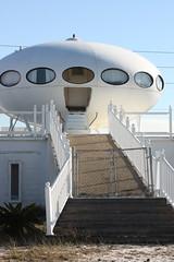 Futuro House, Pensacola, Florida            IMG_3720 (patti_heck) Tags: oddhouses prefabricatedhousing mattisuuronen architecturaloddities futurohousespaceshiphousepensacolahouses