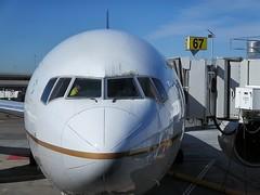 UAL 777-222 N781UA (kenjet) Tags: sanfrancisco nose gate sfo united cockpit boeing 777 jetway ual 67 ua unitedairlines jetbridge sanfranciscointernationalairport ksfo sanfranciscoairport 777200 gate67 777222 n781ua