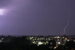 Anglų lietuvių žodynas. Žodis thunderbolt reiškia n 1) žaibo blykstelėjimas; 2)perk. lietus giedroje, netikėta žinia ar įvykis lietuviškai.