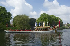 TP47 (EmmaDurnford) Tags: tudorpull 2017 hamptoncourtplace molesey teddington riverthames watermen annual rowing event palaces stela watermanscompany gloriana thamestraditionalrowingcompany flags pennants royalarms henryv111 king tudors livery boats vessels teams