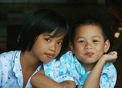 sister and brother in pajamas (the foreign photographer - ฝรั่งถ่) Tags: sister brother children pajamas khlong thanon portraits bangkhen bangkok thailand canon kiss