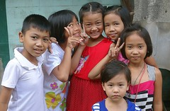 five girls and a boy (the foreign photographer - ฝรั่งถ่) Tags: dscoct172015sony five girls boy peace signs khlong thanon portraits bangkhen bangkok thailand sony rx100