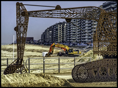 Dig it! (glessew) Tags: middelkerke kunst beaufort art graafmachine digging graven belgië belgien vlaanderen belgique westvlaanderen kust coast littoral küste beach strand plage casino