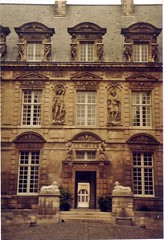 Hotel de Sully (sftrajan) Tags: paris france architecture arquitectura frankreich architektur 1983 mansion francia  architettura placedesvosges parigi themarais placeroyale architektura  hoteldesully 4earrondissement