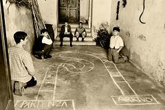 Prima dei videogames (gianclaudio.curia) Tags: gioco bambini bianconero blackwhite seppia kodak kodakhighspeed nikon nikkor2428 rodinal agfa