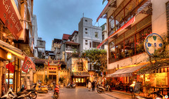 The yellow blue hour of Hanoi (Calim*) Tags: hanoi vietnam bluehour oldquarter street lights
