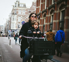 Damstraat Roller (Rolling Spoke) Tags: bike bicycle bici bicicleta bicicletta bisiklet ciclismo fiets velo ride cycle cycling kids child brace hold front street streetphotography candid damstraat amsterdam people