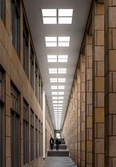 Säulengang an der Schirn (andreas.zachmann) Tags: symmetrie deu architektur frankfurtammain oberlicht säulengang menschen hessen frankfurtaltstadt gebäude säulen deutschland