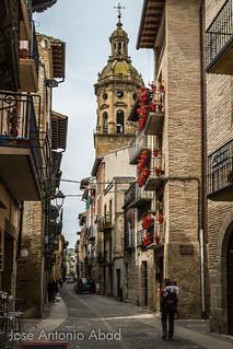 Peregrino en la Calle Mayor de Puente la Reyna