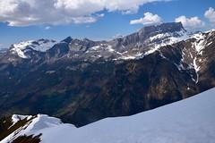 Arêtes et corniches.. Ridge and corniche.. (CHAM BT) Tags: neige arête corniche rando marche village rocher falaise montagne vallee snow ridge walk hike rock mountain valley steep raide gorges vert montee