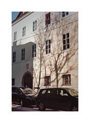 Schlagschatten (cardijo) Tags: street streetphotography salzburg canon f1 fd analog film kodak portra160 coolscan