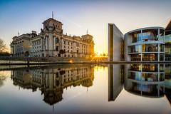 Unterwegs im Regierungsviertel (REAL PLUS) Tags: berlin stadt stadtlandschaft stadterkundung nikon d7200 deutschland hauptstadt architektur landschaft sonnenuntergang reflexionen langzeitbelichtung