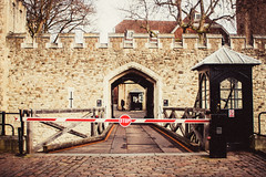 Tower of London, you can't get in, STOP (xavi_julia) Tags: london streetphotography olympus canon 24mm f28 grain vintage