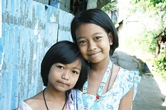 pretty sisters (the foreign photographer - ฝรั่งถ่) Tags: two pretty sisters khlong thanon portraits bangkhen bangkok thailand canon kiss