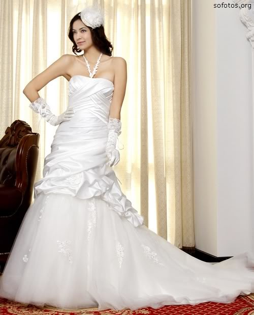 Vestido de noiva com cauda de renda