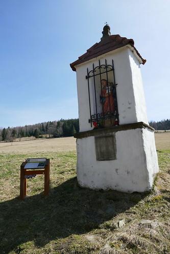 Kapliczka (1736) na końcu wsi Lutynia