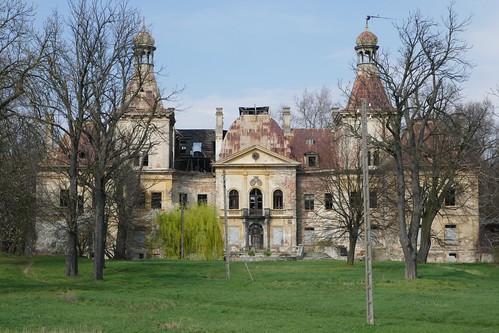 Pałac w Mańczycach wiosną z drogi od południa