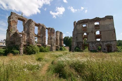 Ruiny skrzydła wschodniego i najmłodszego południowego zamku w Bodzentynie od północy