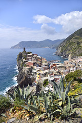 Vernazza (Frühtau) Tags: italy italia italien ligurian coast line village fisher chinque terre vernazza town pitturesk mare meer sea water building architecture architektur italian people leute tradition tower mediterranean mittelmeer view landscape charme beauty landschaft küste cliff rock steep