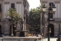 Have A Happy Weekend (AnyMotion) Tags: fountain brunnen palmtrees palmen architecture architektur people 1986 plaçareial plazareal barcelona spain anymotion travel reisen spanien
