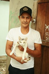 man with his cat (the foreign photographer - ฝรั่งถ่) Tags: man holding cat khlong thanon portraits bangkhen bangkok thailand canon kiss
