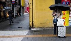 170401-0092-IMG_2610-Bearbeitet (ivan_sorokin) Tags: farbe gelb japan menschen regenschirm straãe 2017 strase