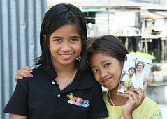 pretty girls with photo (the foreign photographer - ฝรั่งถ่) Tags: two pretty girls children khlong thanon portraits bangkhen bangkok thailand canon kiss photo southeast asia
