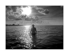 DSCN0637 (Carlos M.C.) Tags: holbox mañana madrugada despertar blanco negro color barco bote lancha ferry camarote rojo azul salvavidas amarre cuerda botes