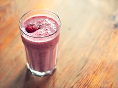 Cocktail (~janne) Tags: table 50mm strawberry furniture f14 olympus mbel tisch frucht glas dinge wetzlar einrichtung erdbeeren nahrung lebensmittel truskawka leitz manuell summiluxr e520